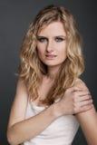 Mujer atractiva hermosa joven en la camisa blanca en gris Fotografía de archivo