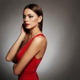 Mujer atractiva hermosa joven Joyería que lleva de la muchacha de la belleza Señora elegante en vestido rojo Fotografía de archivo libre de regalías
