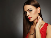 Mujer atractiva hermosa joven Joyería que lleva de la muchacha de la belleza Señora elegante en vestido rojo Foto de archivo libre de regalías