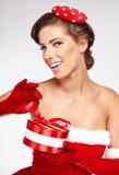 Mujer atractiva hermosa que lleva la ropa de Papá Noel Imagen de archivo