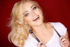 Mujer atractiva hermosa que pone mala cara en la cámara Imagenes de archivo