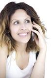 Mujer atractiva hermosa que sonríe en el cierre del teléfono para arriba Fotos de archivo