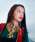 Mujer atractiva hermosa y cielo azul con las plumas Imágenes de archivo libres de regalías