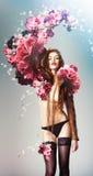 Mujer atractiva hermosa y flores grandes fotos de archivo libres de regalías