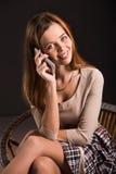 Mujer atractiva joven bastante atractiva que sonríe con Fotografía de archivo libre de regalías