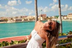 Mujer atractiva joven cerca del mar del Caribe en un día de verano Fotos de archivo libres de regalías