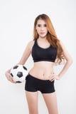 Mujer atractiva joven con el balón de fútbol Fotos de archivo