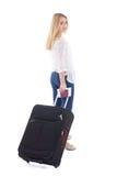 Mujer atractiva joven con el isolat de la maleta, del pasaporte y del boleto Fotos de archivo