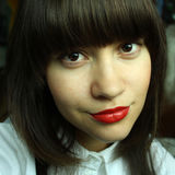 Mujer atractiva joven con el lápiz labial rojo Foto de archivo libre de regalías