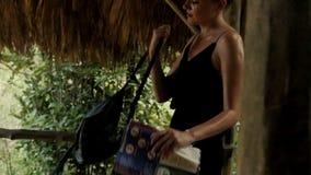 Mujer atractiva joven con el mapa de la isla que goza en la selva