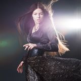 Mujer atractiva joven con el pelo largo como una bruja Morenita de Femme, estilo m?stico de la fantas?a fotos de archivo libres de regalías