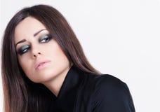 Mujer atractiva joven con el pelo negro largo Fotos de archivo