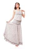 Mujer atractiva joven con el vestido blanco. Imagen de archivo libre de regalías