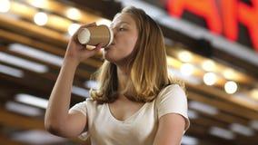 Mujer atractiva joven con a ir a ahuecar del café almacen de metraje de vídeo