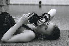 Mujer atractiva joven con la cámara fotografía de archivo libre de regalías