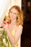 Mujer atractiva joven con la taza de café Fotos de archivo libres de regalías