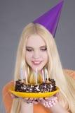 Mujer atractiva joven con la torta de cumpleaños Foto de archivo