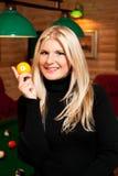Mujer atractiva joven con las bolas de billar Foto de archivo libre de regalías