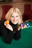 Mujer atractiva joven con las bolas de billar Foto de archivo