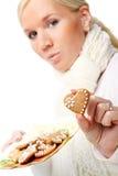 Mujer atractiva joven con las galletas de la Navidad. Fotos de archivo