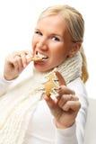 Mujer atractiva joven con las galletas de la Navidad. Foto de archivo