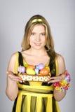 Mujer atractiva joven con los huevos de Pascua Imagenes de archivo