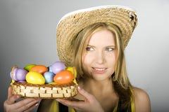 Mujer atractiva joven con los huevos de Pascua Imagen de archivo