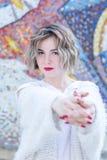 Mujer atractiva joven con los labios rojos en la presentación que camina blanca de la ropa casual en la calle foto de archivo