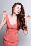 Mujer atractiva joven del baile en el vestido coralino Imagen de archivo