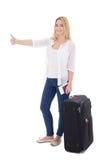 Mujer atractiva joven del blondie con la maleta, el pasaporte y el ticke Imágenes de archivo libres de regalías