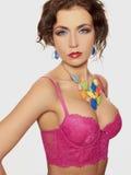 Mujer atractiva joven del cuerpo en ropa interior rosada Imagen de archivo libre de regalías