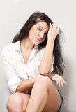 Mujer atractiva joven del pelo negro imagen de archivo libre de regalías