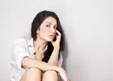 Mujer atractiva joven del pelo negro fotografía de archivo libre de regalías