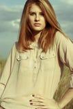 Mujer atractiva joven del redhair afuera en campos Concep de la libertad Imagen de archivo libre de regalías