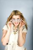 Mujer atractiva joven del verano con los vidrios cobardes Imágenes de archivo libres de regalías