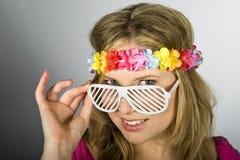 Mujer atractiva joven del verano con los vidrios cobardes Imagen de archivo libre de regalías