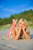 Mujer atractiva joven del verano en la playa de la tarde Fotografía de archivo