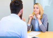 Mujer atractiva joven durante entrevista de trabajo imagen de archivo
