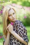 Mujer atractiva joven en árboles florecientes de la primavera Fotos de archivo