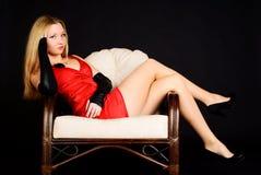 Mujer atractiva joven en alineada roja. Foto de archivo