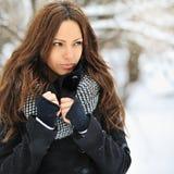 Mujer atractiva joven en el invierno que mira el copyspace - al aire libre Imagen de archivo