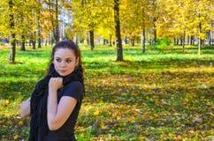 Mujer atractiva joven en el parque Foto de archivo libre de regalías