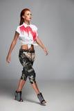 Mujer atractiva joven en la camisa y los pantalones cortos blancos Imágenes de archivo libres de regalías
