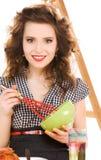 Mujer atractiva joven en la cocina fotos de archivo
