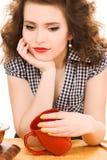 Mujer atractiva joven en la cocina Fotografía de archivo