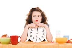 Mujer atractiva joven en la cocina Imagenes de archivo