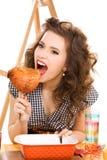 Mujer atractiva joven en la cocina Foto de archivo libre de regalías