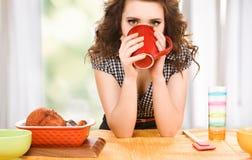 Mujer atractiva joven en la cocina Imagen de archivo libre de regalías