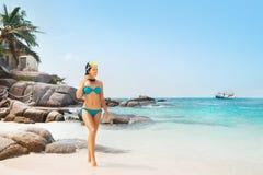 Mujer atractiva, joven en la fascinación del bikini ciánico Imagen de archivo