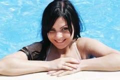 Mujer atractiva joven en la piscina Fotografía de archivo